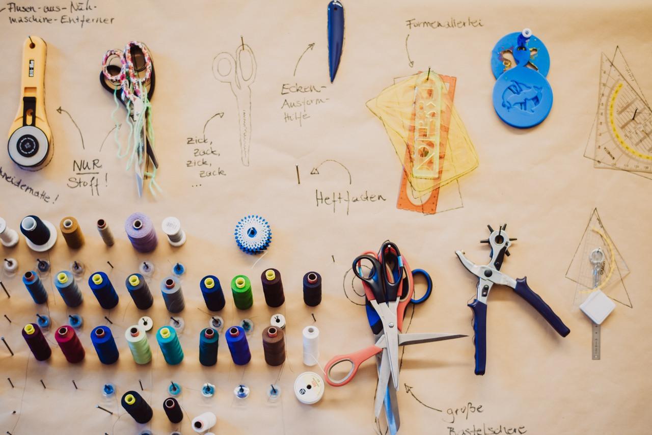 c2c7e9d15ff570 Ich kaufe für meine Accessoires-Kollektion nur Reißverschlüsse, Kordeln,  Knöpfe und solche Sachen. Stoff produzieren ist genauso mit miserablen  Arbeits- und ...